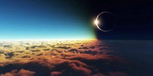 Отличия солнечного и лунного затмения Известно, что солнечные и лунные затмения влияют неодинаково. Солнечные затмения стимулируют кризис в сознании, меняют наши внутренние установки, принося события, которые мы сознательно не вызывали, продиктованные внешними обстоятельствами. Здесь реализуются ситуации, обусловленные кармической предопределённостью. Лунные затмения, которые происходят двумя неделями раньше или позже, в большей степени связаны с событиями, вызванными нашими мыслями и чувствами. Они указывают сферу повседневной жизни, где произойдут перемены, вызванные солнечным затмением. Если лунное затмение предшествует солнечному, ситуация в определённой сфере жизни достигает критической точки, требуя реорганизации и подталкивая к переосмыслению и поиску нового подхода ко времени солнечного затмения. Если за солнечным затмением следует лунное, то, что будет заложено в начале цикла, неизбежно проявится во время следующего лунного затмения — новые сознательные установки получат реализацию или отрицание в ситуациях, которые определят следующий жизненный этап. Солнечное затмение открывает новый жизненный цикл. Оно выдвигает на первый план дела, требующие неотложного внимания, и приносят начало чего – то нового. На горизонте может забрезжить новая перспектива, а что-то важное начнёт утрачивать прежнюю значимость и отдаляться. Солнечное затмение даёт событиям импульс, который может ощущаться в наших персональных делах в течение нескольких лет. «Поглощение света» делает этот период непредсказуемым, вызывает ощущение неопределённости, которая будет раскрыта позже. В это время светила находятся в соединении, их влияния смешаны, и потенции нового цикла не до конца проявлены. Поэтому нужно быть начеку и не бросаться в новые проекты, какими бы перспективными они не казались. Не делайте окончательный выбор и не принимайте окончательных обязательств. Если затмение оставит выбор за вами, все важные решения лучше отложить на неделю после него. В это время вы не обладаете всей п
